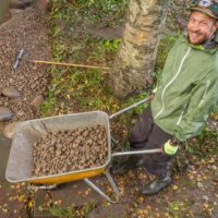 Idea purokunnostuksessa on siinä, että taimenen kutupaikkoja kohennetaan viemällä virtapaikkoihin soraa ja kiviä. Poikasten kehittyminen onnistuu puhtaassa soraikossa, jossa hapekas vesi pääsee kiertämään. He is building up trout spawning area, which located in Helsinki.