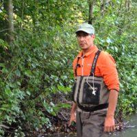 Tutkija sähkökalastanut Longinojalta näytekaloja, jotka vapautetaan takaisin puroon pyynnin jälkeen. Tilaa YouTuben KalastusKanava, niin saat tiedon, kun Kalasta Vantaanjoella -sarja alkaa.
