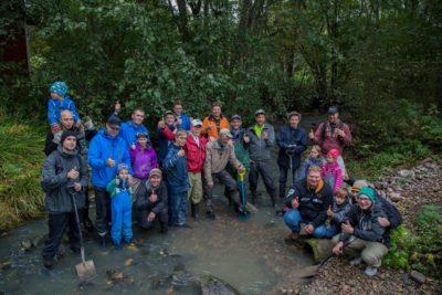 Skes ry:n järjestämät purotalkoot vetävät vuosittain innokasta talkooväkeä parantamaan yhdessä Longinojan taimenten elinoloja.