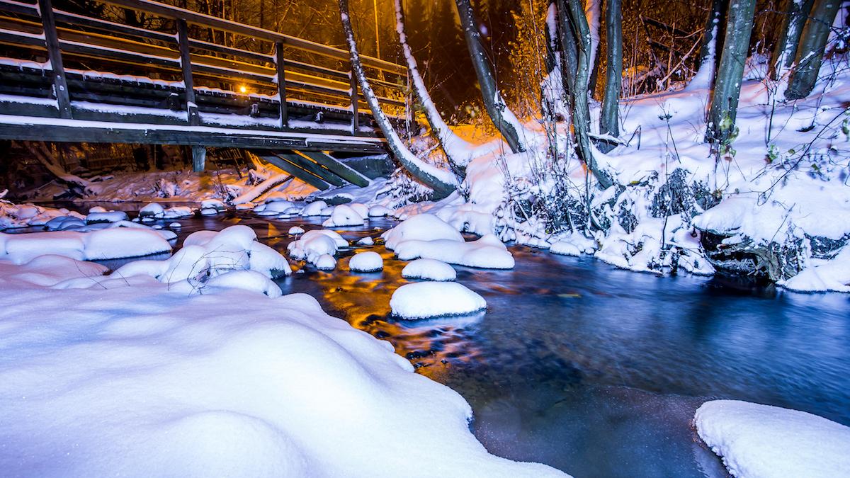 Longinoja lumipeitteessä