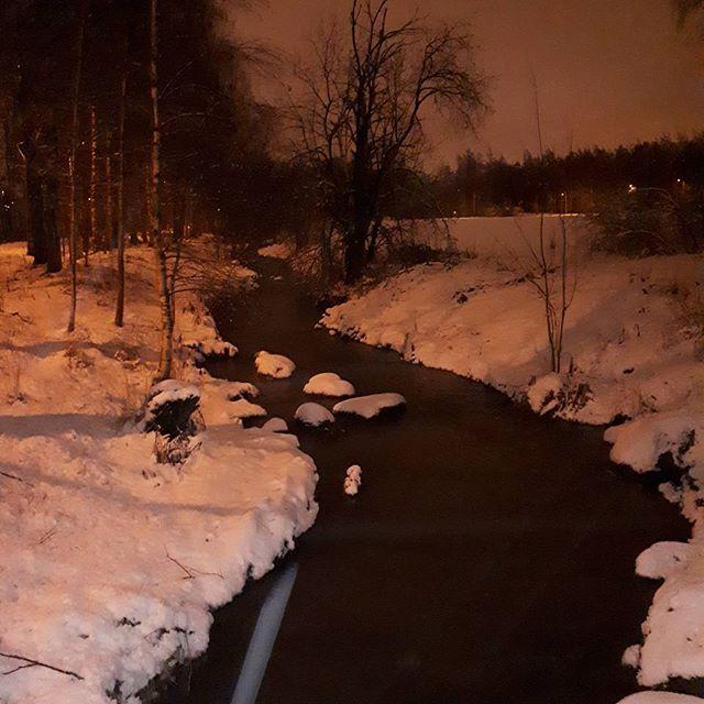 lumi-eituukestaa-iltalenkilla-longinoja-jalatmarkana