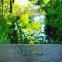 Toivottavasti tämä pariskunta on yhdessä kauemmin kuin merkintä rakkaudesta kestää sillan kaiteessa. Upea sää mennä aamulenkille, puro solisee ja linnut laulaa - mieli lepää.