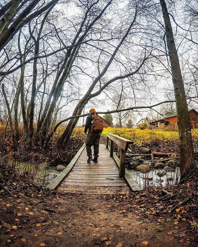 Päivä Longinojalla ja urbaanivaellusta melkein kymppi kilsoina. Liikunta ja luonnon tutkiminen rauhoittaa ja on hyvää vastapainoa arjen vaatimuksille. 🌲 Tää päivä alkoi hitaasti kettukahveilla ja jumittamisella himassa. Ulos lähteminen oli pirun vaikeaa. Kun vihdoin pääsin liikenteeseen tuli kepeä fiilis. Päätin käydä Longinojalla katsomassa miltä uusi Luontopolku näyttöä. 🚝 Ojalle mennessä kävin moikkaamassa @bas_shop_oy väkeä. Kaupalla vierähti hetki arjesta jutellen.  Päivän jäljellä olleet valosat tunnit vietin @longinoja :lla. Siellä tapasin monta ihmistä ja pari hassua koiraa. Näin pikkutaimenia ja muutaman puromonsterin. Taimenten ystävät ovat tehneet ihan huikeaa työtä puron entisöinnissä ja opasteissa!  Ilta meni päin mäntyä. Liikaa yrittämistä ja väsyneenä säätämistä. 🌲 Nyt sohvalla ja matkalla untenmaille ja kelatessa mitkä kolme asiaa tänään oli hyviä. Mitkä sun kolme parasta asiaa oli tänään? 🤔 . .